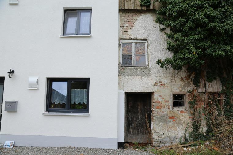 Ansicht einer sanierten und unsanierten Haushälfte